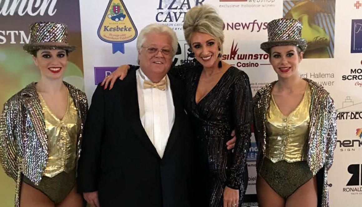 Saskia Vugts poseert met Tony Tetro bij de entree van zijn jaarlijkse Society Lunch