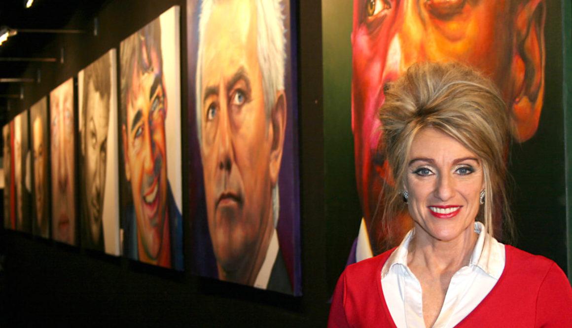 Saskia poseert met haar portretten tijdens de excellent beurs in de stand van 'The art of living well'