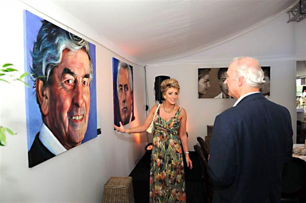 Burgemeester Rombouts en Gert Leers bij Saskia Vugts' portret van Ruud Lubbers tijdens Bourgondisch 's-Hertogenbosch