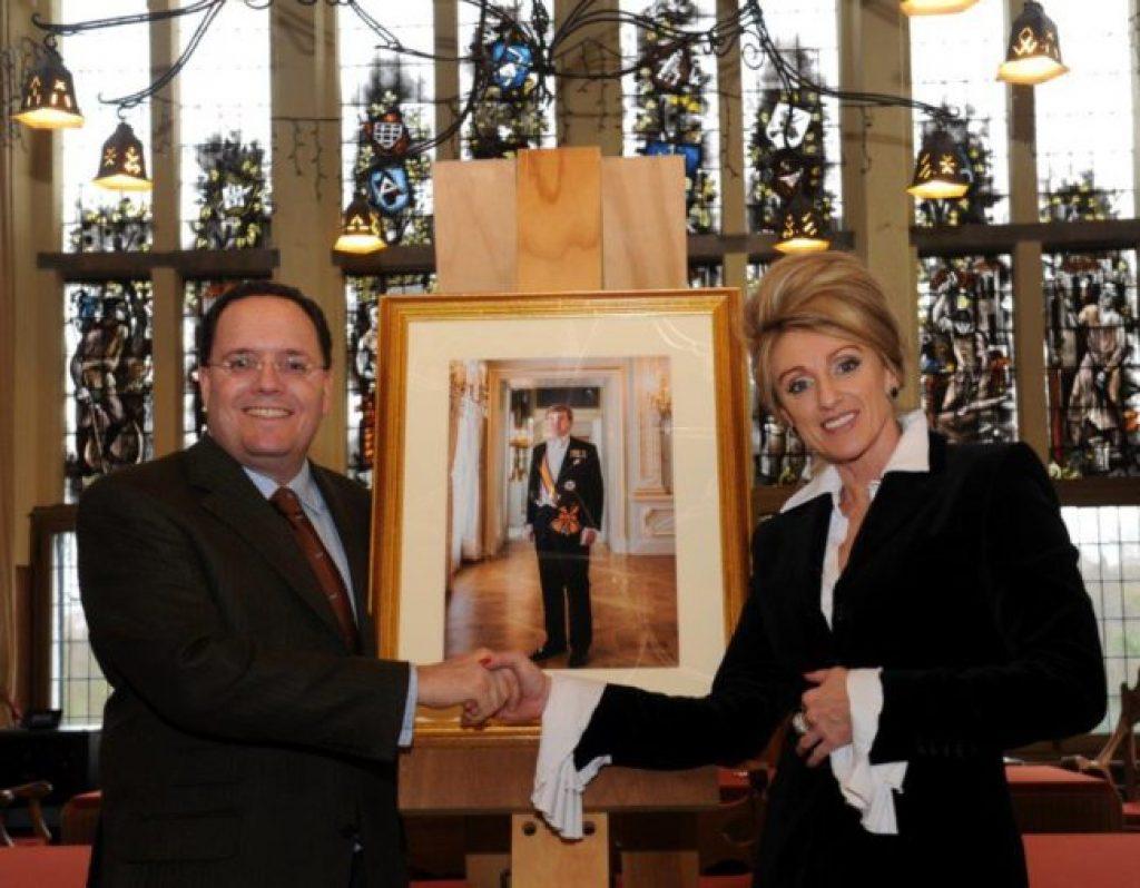 De opdracht voor het maken van een staatsieportret voor de gemeente Vught is ondertekend