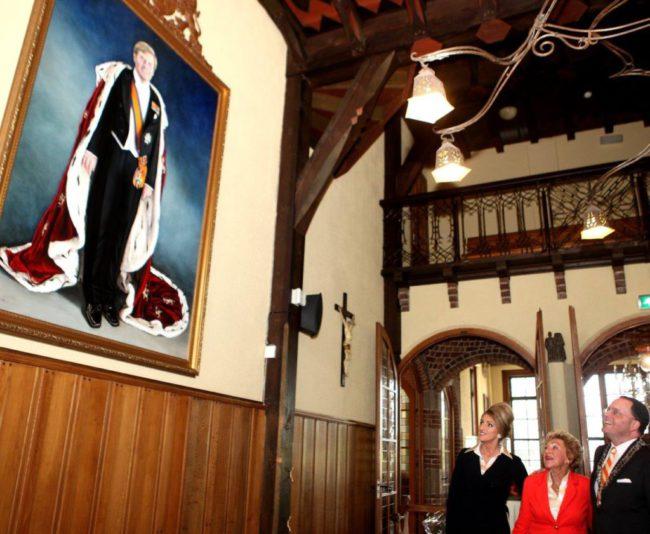 De onthulling van het portret van Koning Willem Alexander in het Gemeentehuis van Vught