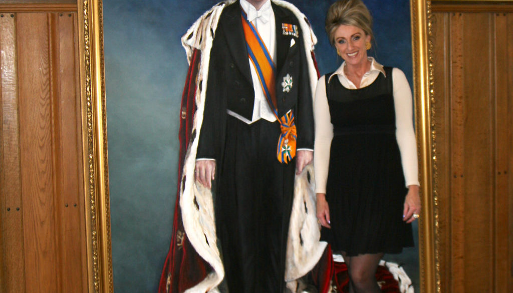 Saskia Vugts naast het door haar geschilderde staatsieportret van Konging Willem Alexander