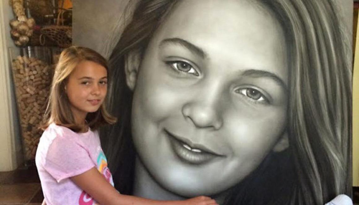 Carlijn poseert voor het portret dat Saskia Vugts van haar maakte